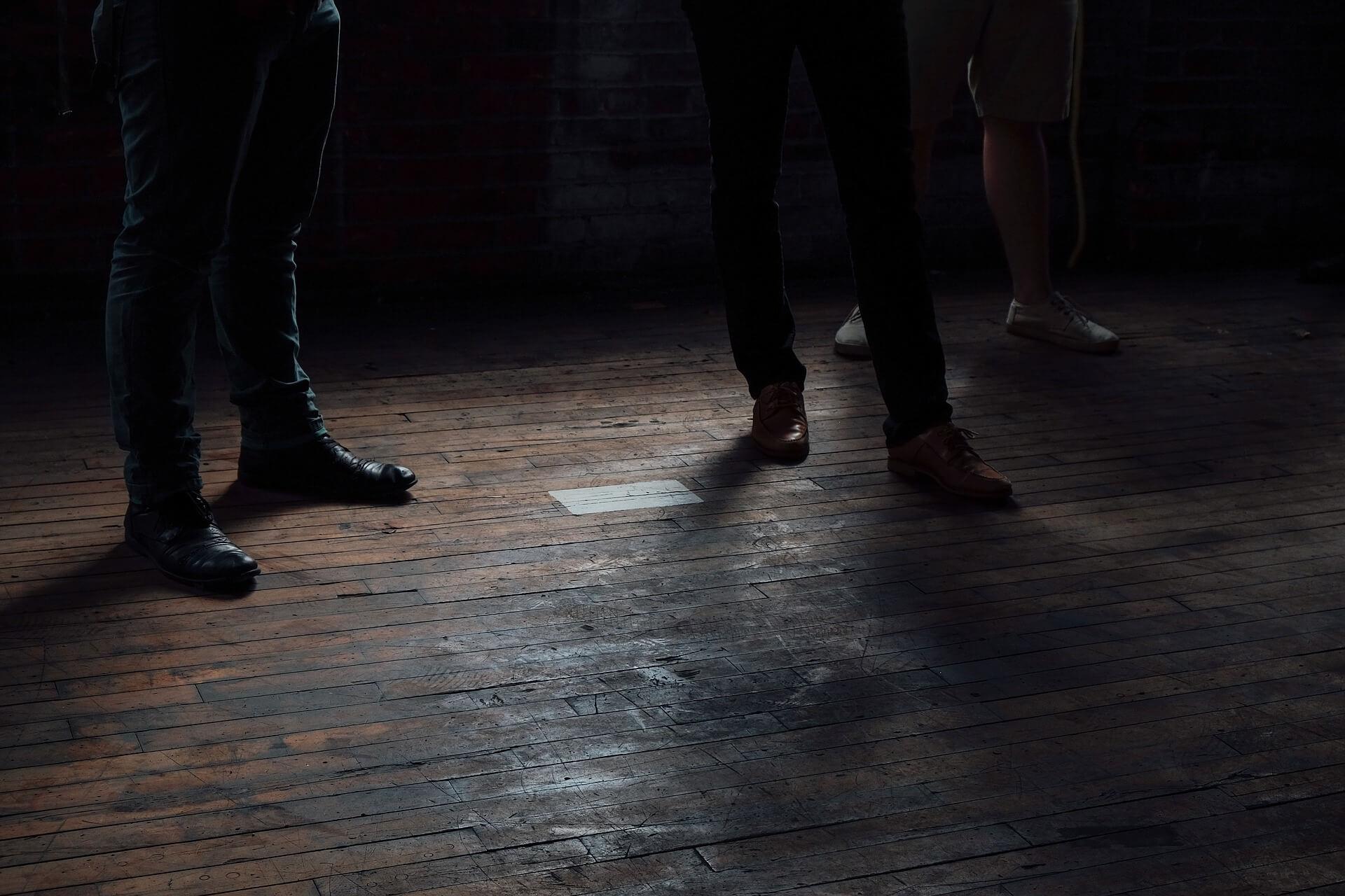 donkere vloer in kleine ruimte leggen
